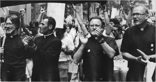 Robert Carter (a destra) con Dan McCarty (a sinistra) Bernard Lynch e John McNeill ad una Marcia per l'orgoglio gay nei primi anni '80.